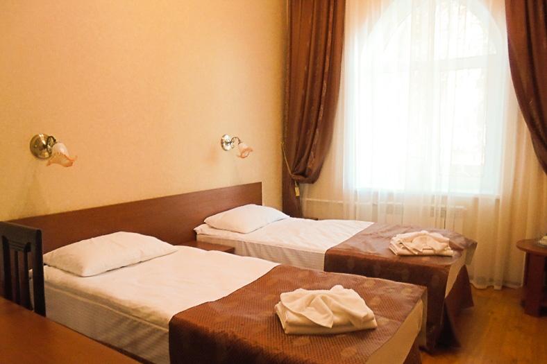 Фотография кроватей с окном двухместного номера 1 категории