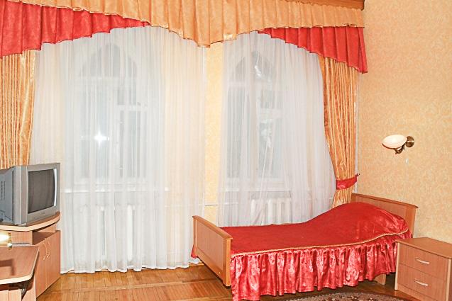 Фотография кровати с окном старого двухместного номера 1 категории