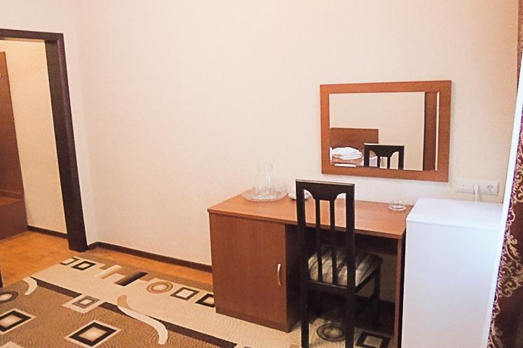 Фотография стола в одноместном номере первой категории
