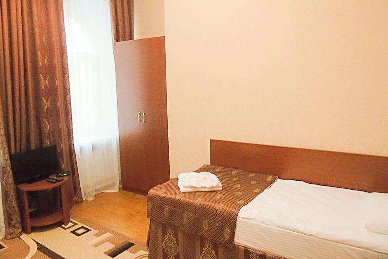 Фотография окна и шкафа в одноместном номере первой категории
