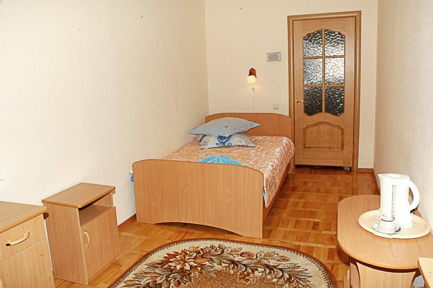 Фотография кровати в старом одноместном номере первой категории